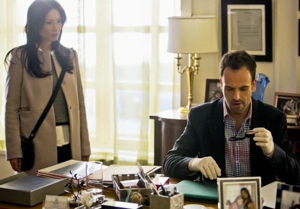 Sherlock y Joan investigando un caso