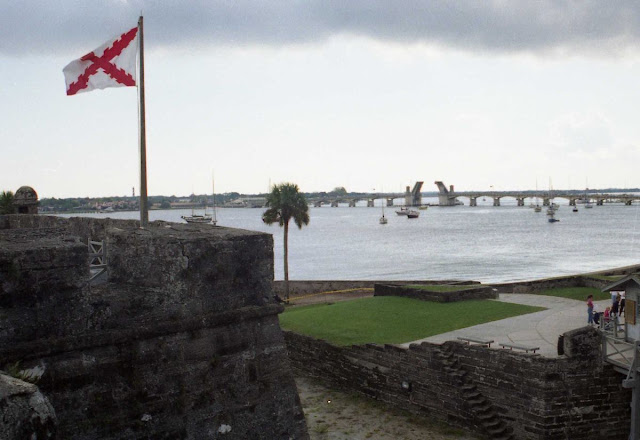 castillo San Marcos, San Agustin, fuerte español, baluartes, bandera cruz de Borgoña