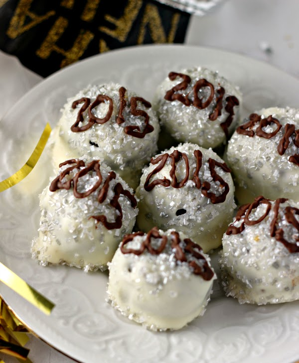 New Year's Eve Oreo Cookie Balls | Renee's Kitchen Adventures Ring in the New Year with these iconic Time Square balls!  #ad #OREOCookieBalls