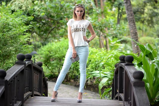 savage attitude, český blog, módní blog, český módní blog, modré džíny, bleděmodré džíny, hodinky kotva, červené nehty, hadí kůže, boty z hadí kůže, lodičky z hadí kůže, bcbg generation boty, kotva, HM brýle, zvířecí potisk,dnes nosím, dnesnosim, bílé tričko, kristýna vacková, kristýna thajsko, thai blog, thai fashion blog, bcbg generation heels, ebay watch, watch with anchor, anchor, light blue jeans, mango fashion, mango outfit, fashion blog, český fashion blog, fashion house, fashion house cz