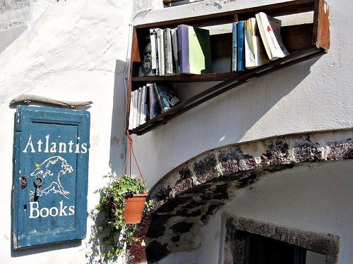 Βοήθησε και  ΣΥ το  βιβλιοπωλείο Atlantis στην Οία Σαντορίνης.