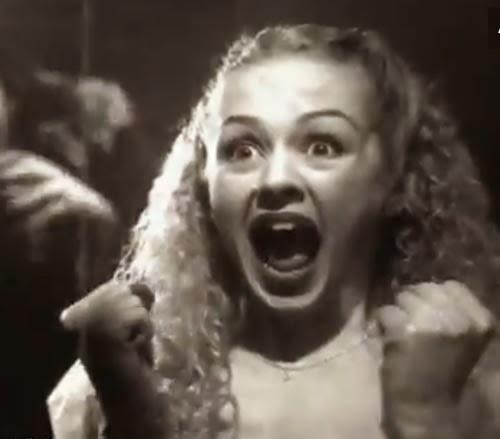 Propaganda da Cultura Inglesa que usa elementos do cinema clássico de horror. Veiculada em 1996.