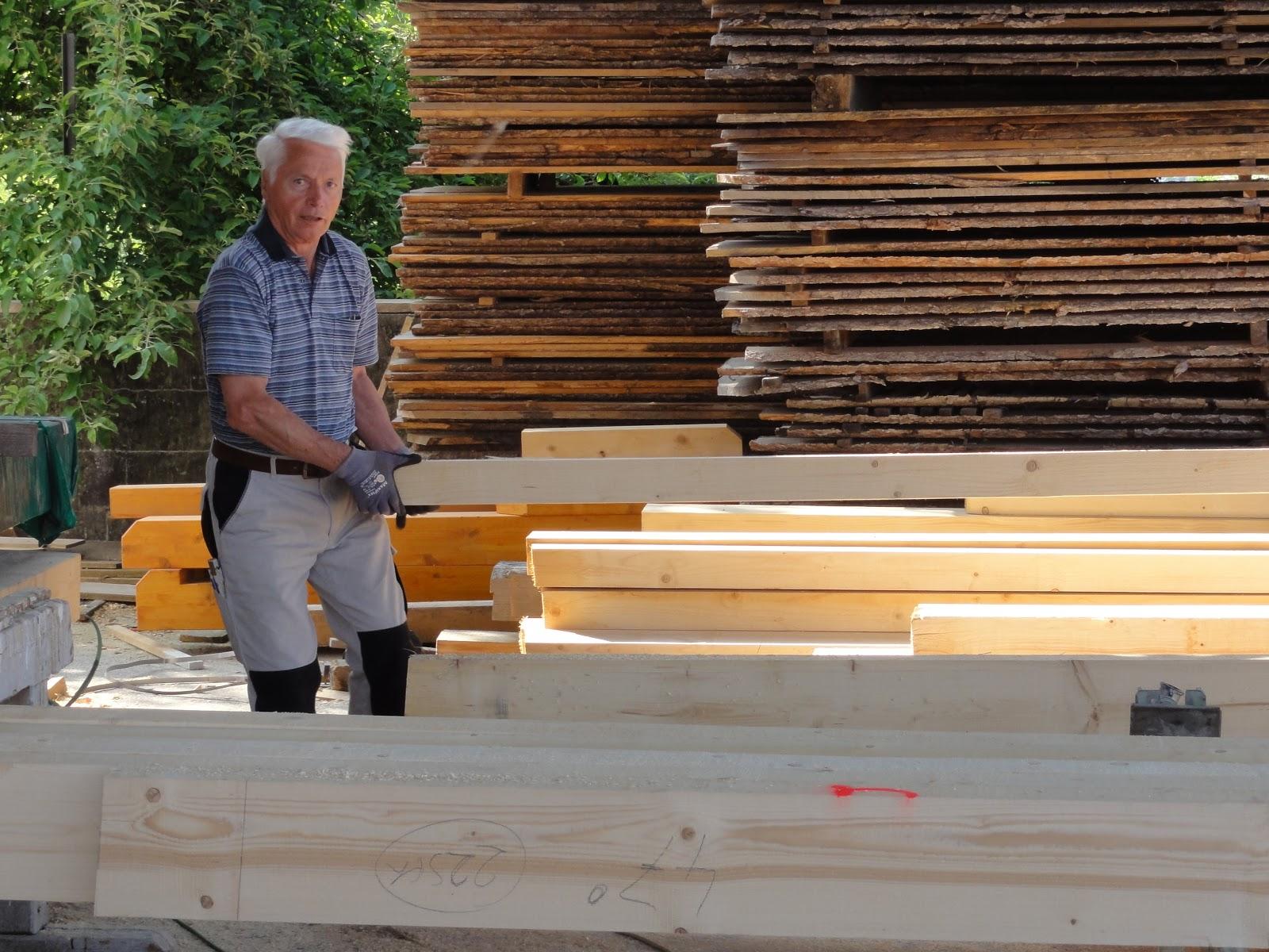 Wir bauen unseren Traum: Dachstuhl streichen