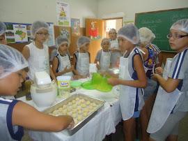 Os alunos enrolando as bolachas.