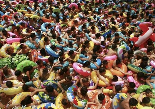 Kolam Renang Penuh Sesak di Cina