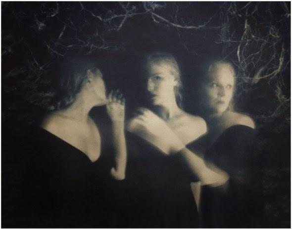 Emma Powell fotografia surreal onírica sombria emotiva como pintura sonhos monocromático