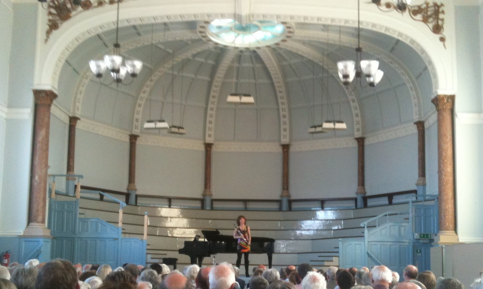 Emma Johnson en tunique psychadélique, au Shirehall de Hereford