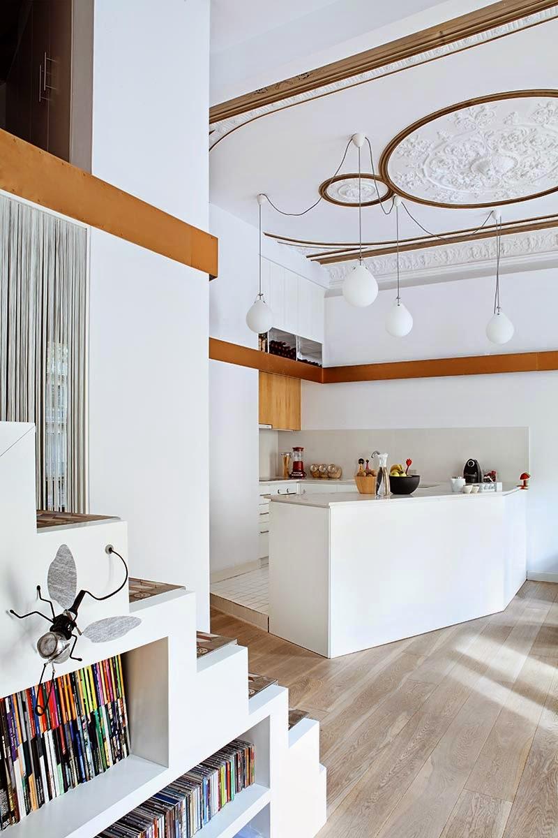 Altbau mit Zwischendecke und raffinierter Treppe als Raumteiler und Regal