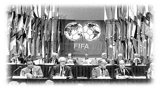 Badan pengawas sepak bola internasional FIFA berdiri pada tahun 1904. Tujuan dari oganisasi ini adalah untuk menyelenggarakan pertandingan kejuaraan antara liga-liga professional dari Negara berbeda. Federation Internationale de Football Association (FIFA) pertama kali menelurkan ide kejuaraan piala dunia sepak bola pada tahun 1926. Presiden FIFA Jules Rimet memikirkan sebuah kejuaraan yang muncul di antara Olimpiade. Ide awalnya tidak berjalan baik akibat penyelenggaraan Olimpiade musim dingin dan musim panas yang diperpanjang. Rimet bersama dengan perwakilan FIFA lainnya pertama kali menyelenggarakan event ini pada 1930. Piala dunia yang pertama bahkan tidak melibatkan babak kualifikasi. Tim dari Eropa termasuk Perancis, Belgia, Yugoslavia dan Romania. Tim Eropa lainnya protes terkait jarak ke Uruguay dan menolak untuk pergi sejauh itu.  Pada trofi emas pertama terukir nama Jules Rimet dan diperebutkan tiga kali dalam tahun 1930 an. Terdapat total 13 tim pada piala dunia pertama. Negara lainnya selain dari tuan rumah Uruguay adalah Argentina, Brasil, Bolivia, Cile, Paraguay, Peru, Mexico dan Amerika Serikat. Akibat dari Perang Dunia Kedua, kompetisi ini terpaksa berhenti selama 12 tahun.  Pertandingan piala dunia sepak bola pertama dimulai pada 13 Juli, 1930. Perancis mengalahkan Meksiko dalam pertandingan 4-1, melancarkan jalan dari awal piala dunia yang Berjaya. Setelah perang, Piala Dunia FIFA mendapatkan pengakuan dunia sebagai satu-satunya event olah raga dari dunia baru. Piala Dunia telah diadakan sejak 1958 di Eropa dan Amerika. Keputusan Komite Eksekutif Piala Dunia pada Mei 1996 membuat keputusan penting dengan memilih Korea dan Jepang sebagai penyelenggaran edisi 2002.