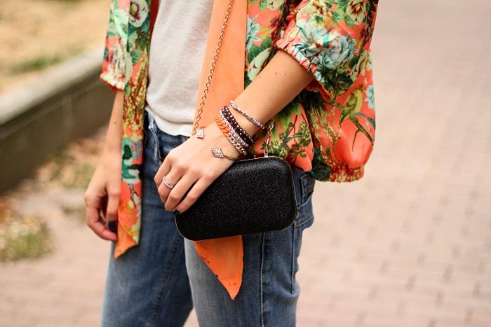 kimono, floral, boyfriend jeans, mini clutch, armswag