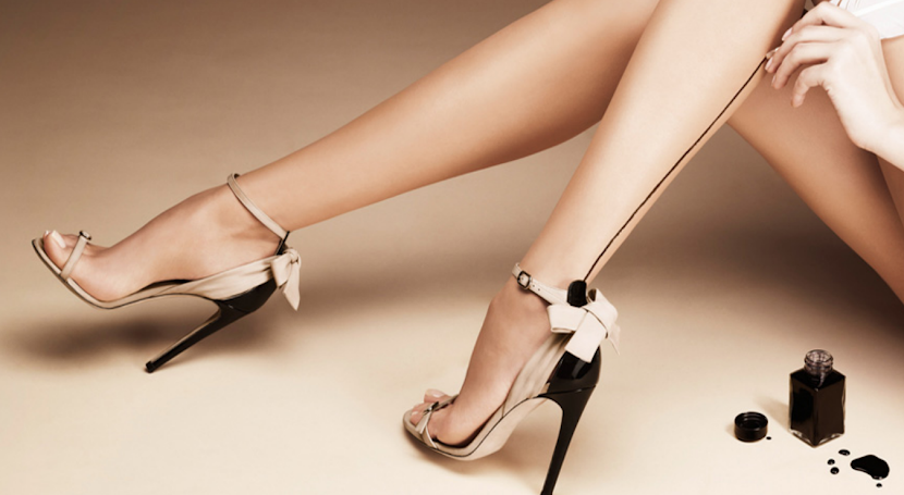 Scarpe da donna eleganti d'Orsay Calzature eleganti da donna modello d'orsay. Le scarpe d'Orsay sono un altro tipo di calzatura elegante da donna, caratterizzate da una tomaia con aperture laterali che lascia scoperto gran parte del piede, lasciandone intravedere le curve e la forma del collo.