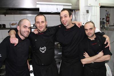 Equipo de cocina de A Fuego Negro. Blog Esteban Capdevila