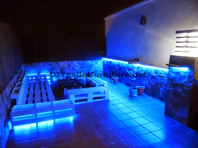 sof s para terraza chillout y mesa con iluminaci n led de palets. Black Bedroom Furniture Sets. Home Design Ideas