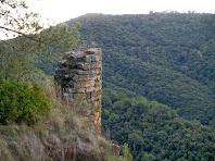 Vista d'una de les torres de la segona muralla defensiva, situada a la banda sud-oest del recinte jussà