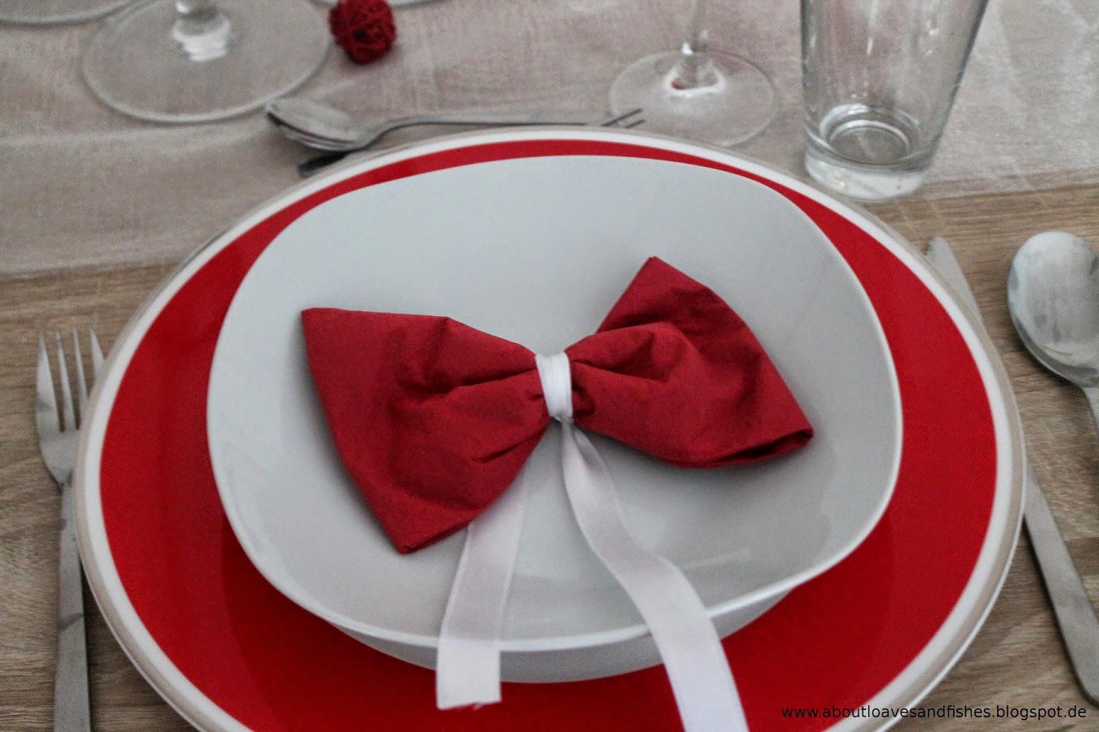 rote Teller und Dekoration