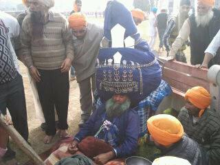 Nihang Singh Wear 200 Meters Turban on Hola Mohalla