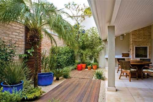 ideias jardim exterior:10- Deck de madeira no chão e no muro! Tijolos rústicos nos muros e