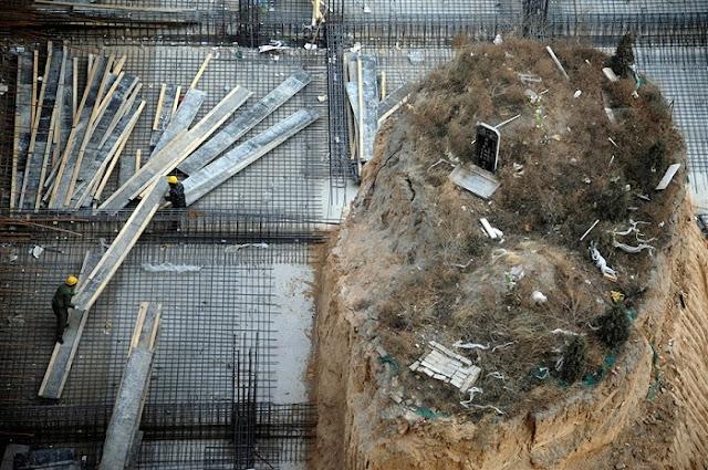http://www.opoae.com/2013/02/kuburan-ditengah-proyek-gedung-tinggi.html