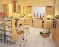 Decoracion de interiores de una cocina con tonos amarillos y muebles café claro