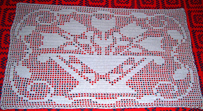 Camino de mesa al crochet con tulipanes