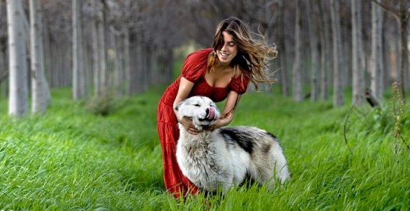 Photographer Captures Amazing Interaction Between Wolves And Women (16 Pics)