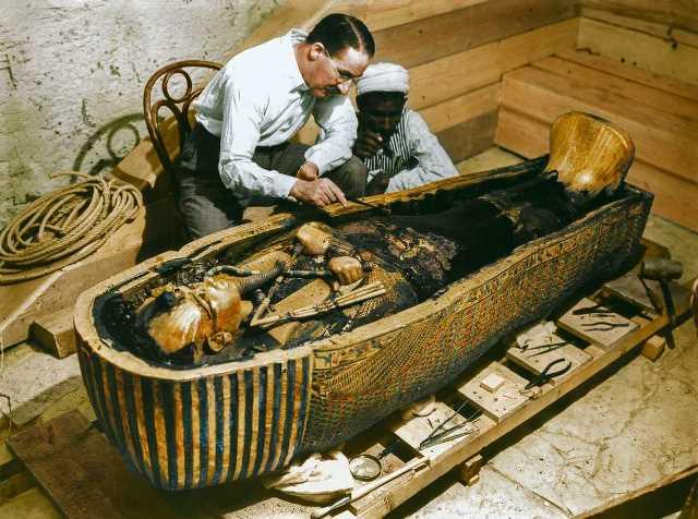 La apertura de la tumba Tutankamón a color