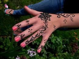 hennas krāsa uz rokas