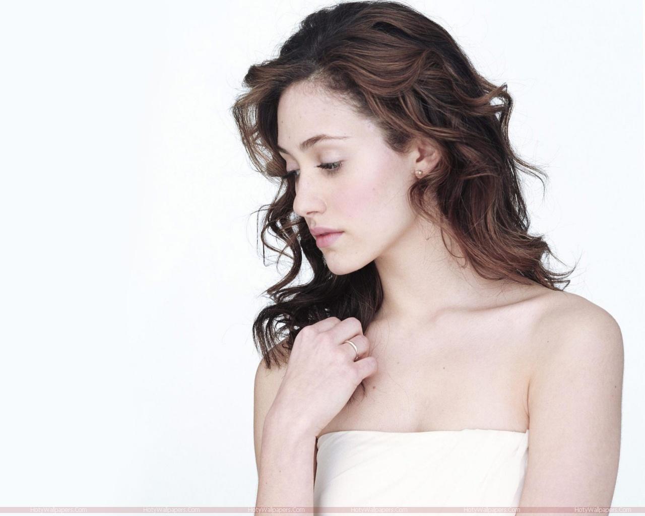 http://3.bp.blogspot.com/-l7L9kn59RY0/TlZpaGF-BtI/AAAAAAAAJug/cKwECoR63u0/s1600/hollywood_actress_Emmy_Rossum_glamour-wallpaper.jpg
