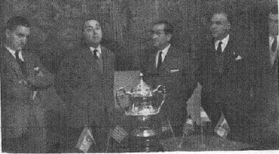 Agustí Pujol, patrocinador del Torneo Internacional de Ajedrez Tarragona 1957, dirigiendo la palabra en el reparto de premios