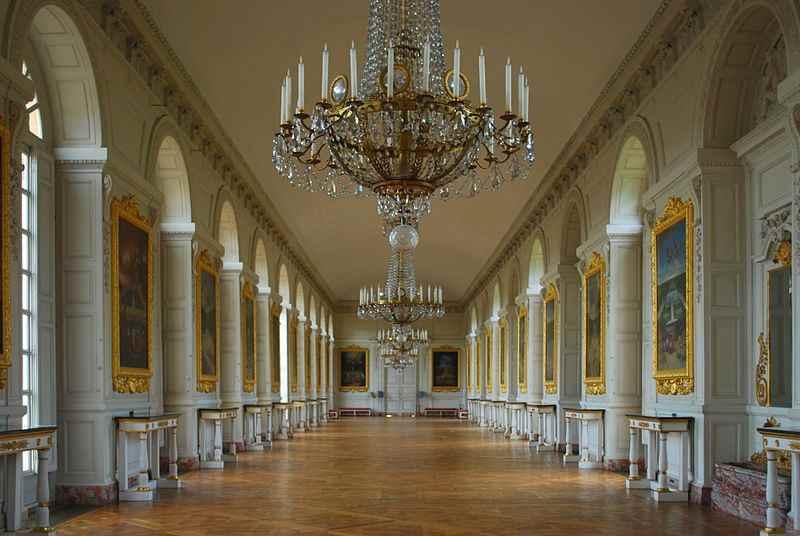 Istana Yang Besar dan Luas