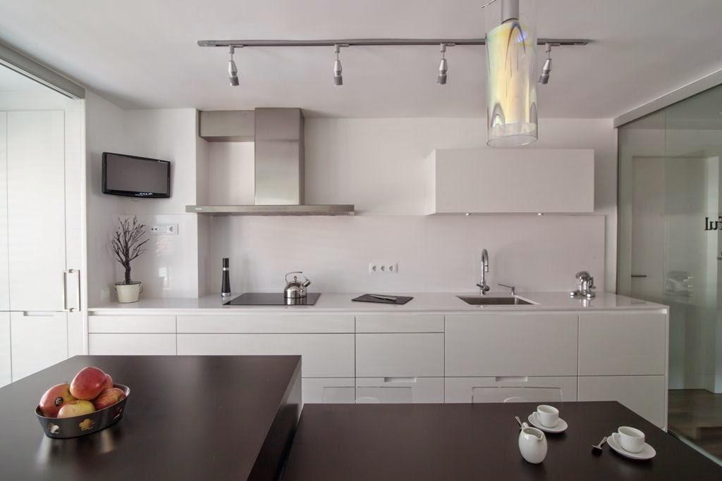 La cocina semiabierta una ventajosa elecci n cocinas for Cocinas blancas con silestone