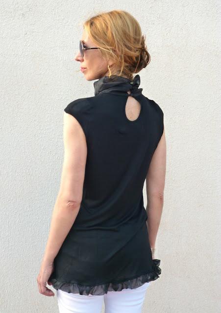 imagen camiseta negra con detalles de gasa de Desigual