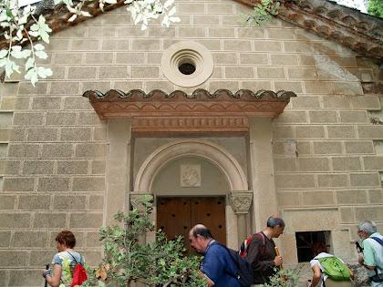 La façana principal de la capella de Sant Jacint del mas Bussanya