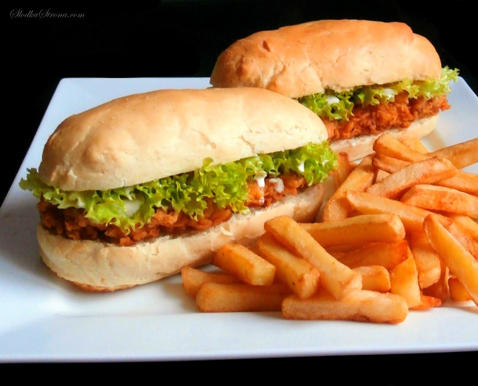 Domowy Tender jak z KFC - Przepis - Słodka Strona, Tender, to łagodniejsza wersja znanego wszystkim Longera z KFC Charakteryzuje go podłużna bułeczka (bez sezamu, jak w przypadku Longera), soczysta, łagodna polędwiczka (Longer posiada pikantnego kurczaka) oraz sałata. Ketchup zastąpiony został delikatnym sosem majonezowym. Całość tworzy smakowitą przekąskę, która zasmakuje niejednemu fanowi fast foodów. Domowe Tender'y możemy przygotować samodzielnie w domu. Proces ich powstawania nie jest bardzo skomplikowany, a z pewnością uradujemy wszystkich domowników należących do fanów kurczaczków z KFC. Największym plusem samodzielnego przygotowania Tender'ów jest to, że wiemy co jemy i dzięki temu mamy mniejsze wyrzuty sumienia po zjedzeniu takich fast food'ów.   Bułeczki do Tenderów przygotujemy z przepisu na bułeczki do hot-dogów. Jeżeli chcemy zyskać na czasie możemy skorzystać z tych zakupionych w sklepie, jednak te domowe z pewnością są smaczniejsze i zdrowsze. tender przepis, jak zrobić tendera z kfc, KFC przepisy, Tender z KFC przepis, Tender przepisy, domowy tender, domowy tender przepis, Longer - jedna z popularniejszych kanapek z KFC, chrupiącą bułeczka, soczysta polędwiczka, sałata oraz ketchup to to co znajdziemy po otwarciu paczuszki z Longer'em. Niemal identyczną kanapkę możemy przygotować samodzielnie w domu. Proces jego powstawania nie jest bardzo skomplikowany, a z pewnością uradujemy wszystkich domowników, którzy należą do fanów kurczaczków z KFC. Największym plusem takiego przygotowania longerów jest to, że wiemy co jemy i przez to mamy mniejsze wyrzuty sumienia po zjedzeniu tych fast food'ów.  Domowy Longer - Przepis - Słodka StronaBułeczki do longerów przygotujemy z przepisu na bułeczki do hot-dogów. Jeżeli chcemy zyskać na czasie możemy skorzystać z tych zakupionych w sklepie, jednak te domowe z pewnością są smaczniejsze i zdrowsze. Domowy Longer - Przepis - Słodka Strona stripsy, stripsy ala KFC, domowe stripsy, jak zrobić domowe stripsy, jak zrobić s