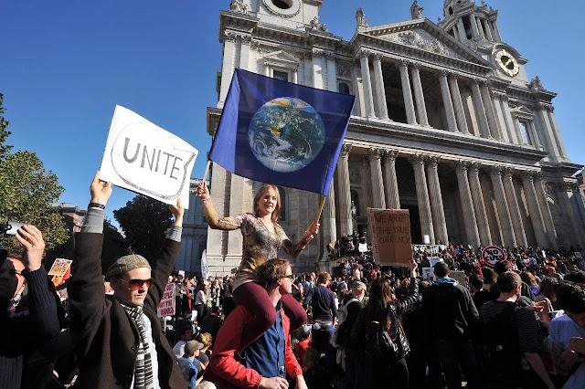 Indignados em Londres - Praça da Bolsa desocupada mas manifestantes fixaram acampamento