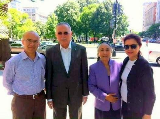 Архивное фото: Экмеледдин Ихсаноглу и Рабия Кадир (стоят в центре)