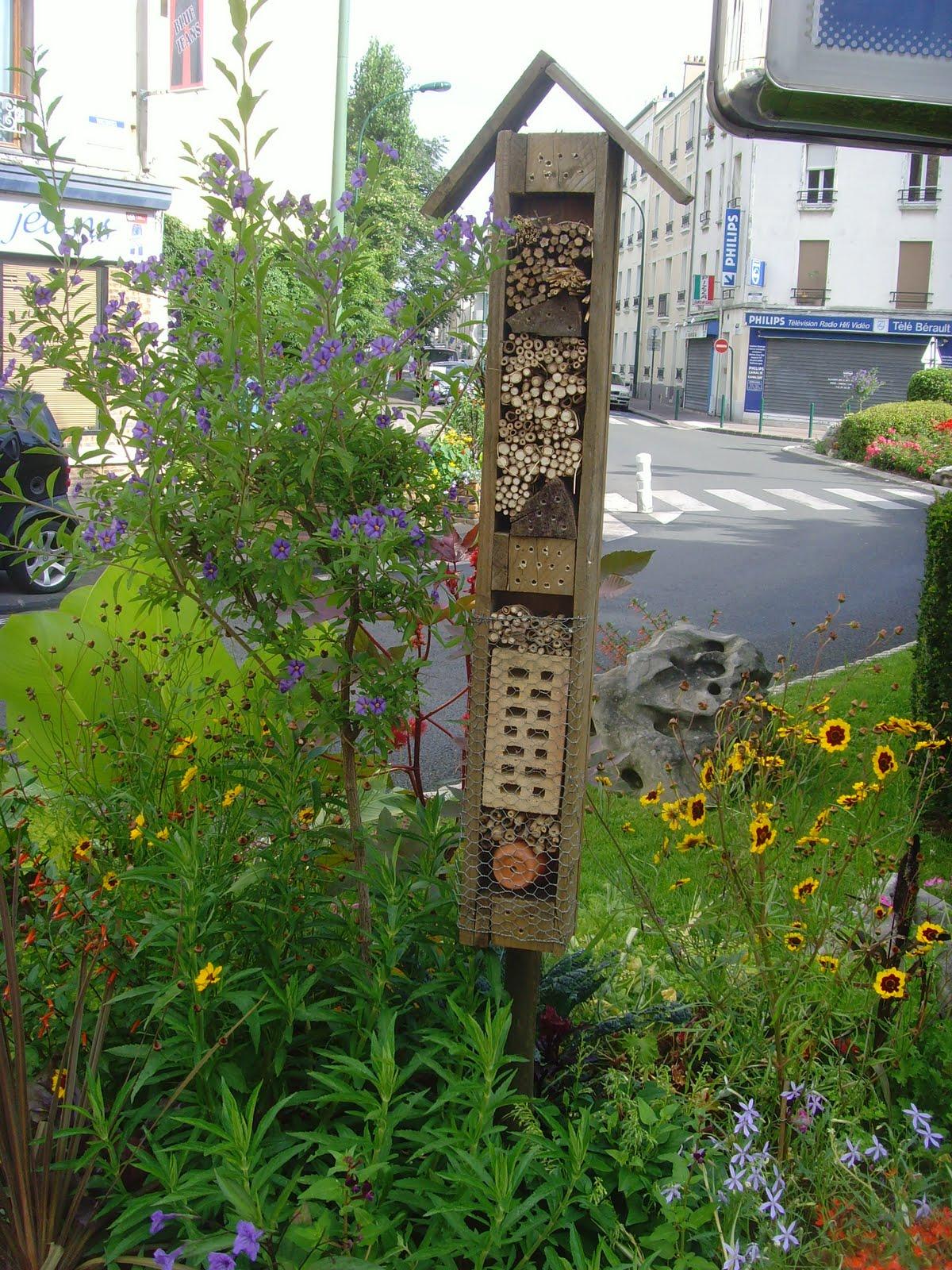 Vincennes cot nature hotel insectes sur la place berault for Hotel a insecte coccinelle