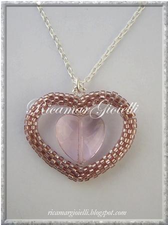 ciondolo cuore in peyote con cuore in vetro all'interno