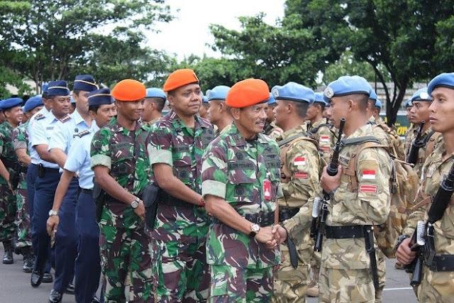 Anggota Kontingen Garuda yang tiba di Indonesia dan disambut dengan bangga