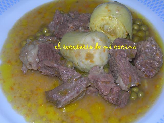 carne guisada con pimientos verdes y alcachofas