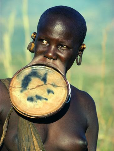 Kinh dị bộ tộc làm đẹp đeo đĩa lên môi 7