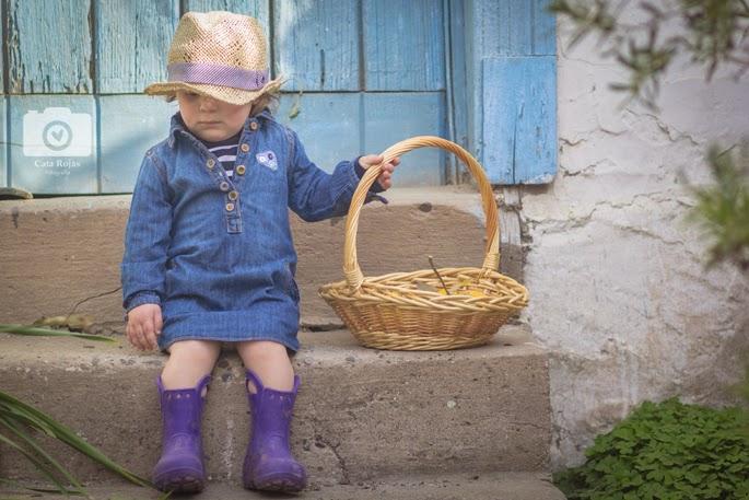 fotografia de niña recolectando naranjas en el campo