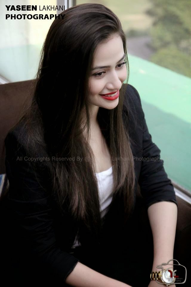 10 Pictures Proves that 30 year old Sana Javed is ruining