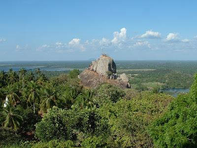 Вид на Михинтале с вершиной Араханда Гала, паломники, пальмы, озера на фоне синего неба