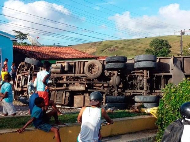 Caminhão carregado de alimentos tomba na entrada de São Miguel das Matas (Foto: Mary Souza/Arquivo pessoal)