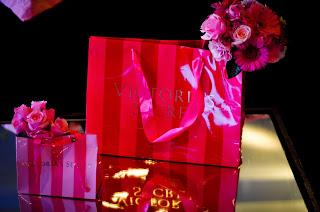 sacolas com arranjos espalhadas pelas mesas, arranjo floral nos tons rosa