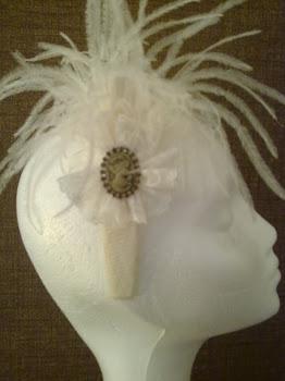 Romántica diadema de sinamay con plumitas de avestruz, encaje y camafeo con brillantes.