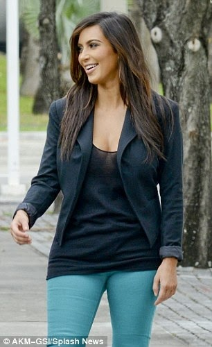 Colored jeans with black tee & blazer. I don't like her but I kind of like this outfit.