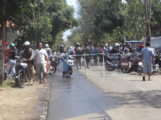 penonton Foto terbakarnya Pabrik Gondorukem di trenggalek