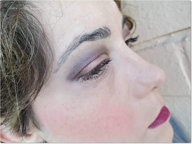Maquillaje: mirada en cobre y topo con labios borgoña mate